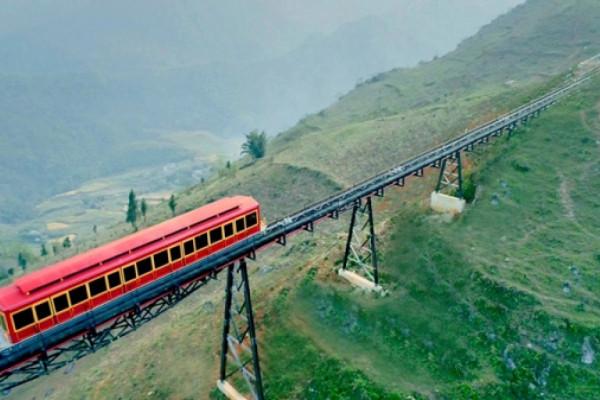 Tàu hỏa leo núi Sapa đưa du khách xuyên mây ngắm trọn thành phố